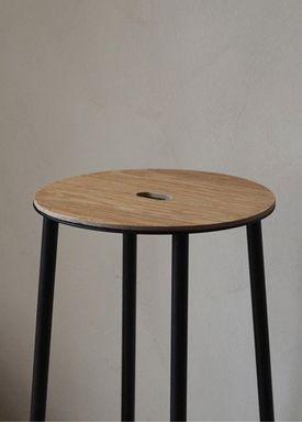 FRAMA - Stol - Adam Stool / R031 / Round - Oak / Matt black / H50