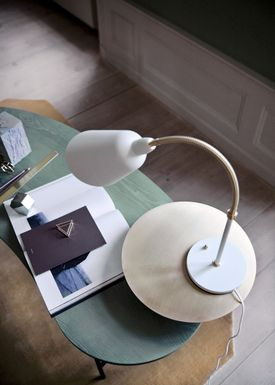 &tradition - Table Lamp - Bellevue / AJ8 by Arne Jacobsen - Ivory white and Brass